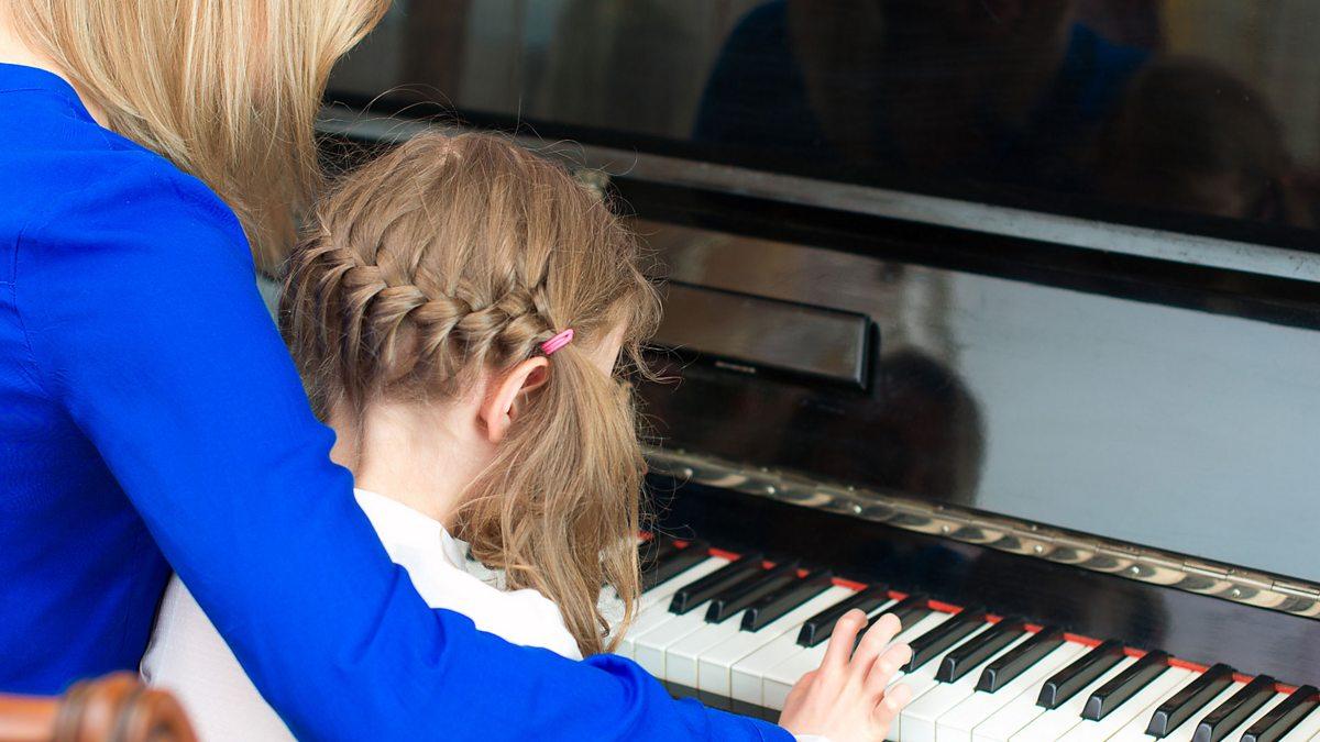 Видео как учили девушку играть на пианино