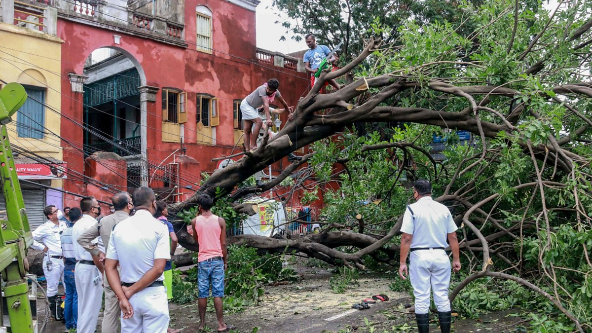 Cyclone: Kolkata devastated as Amphan kills scores thumbnail