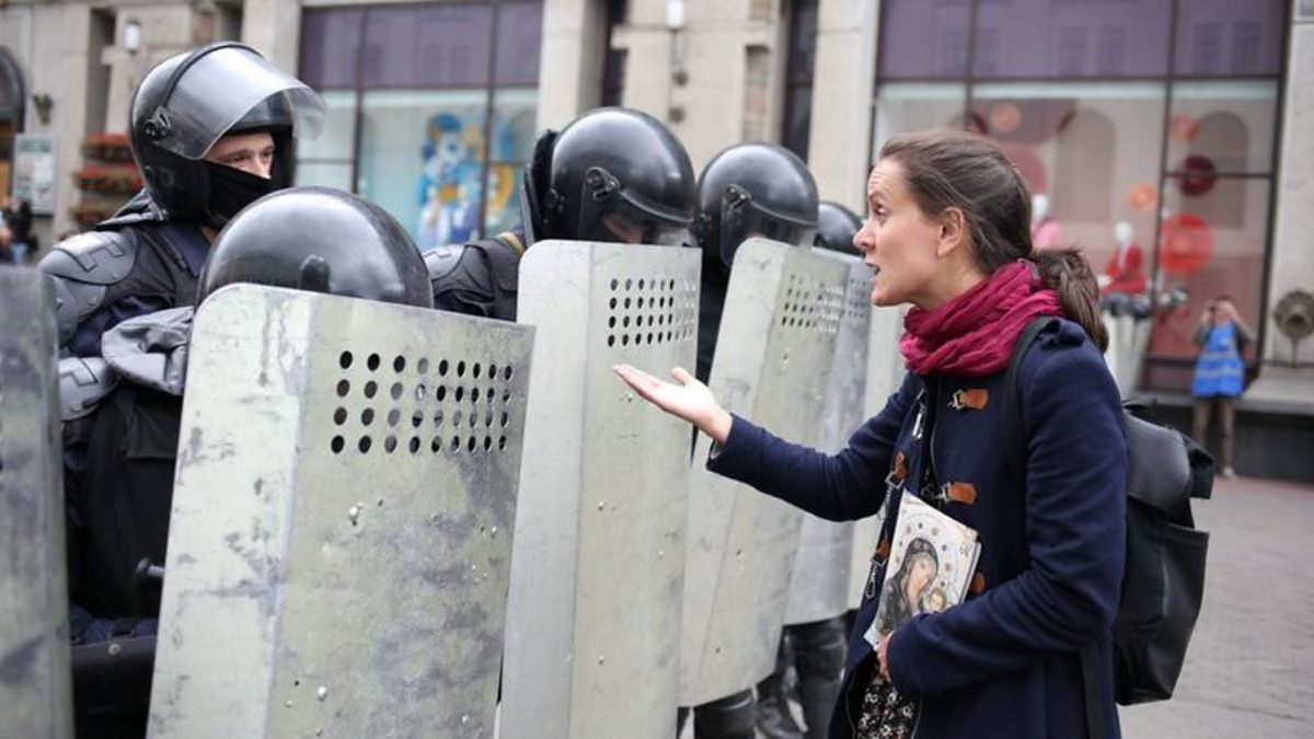 Protesters defy heavy security in Belarus thumbnail