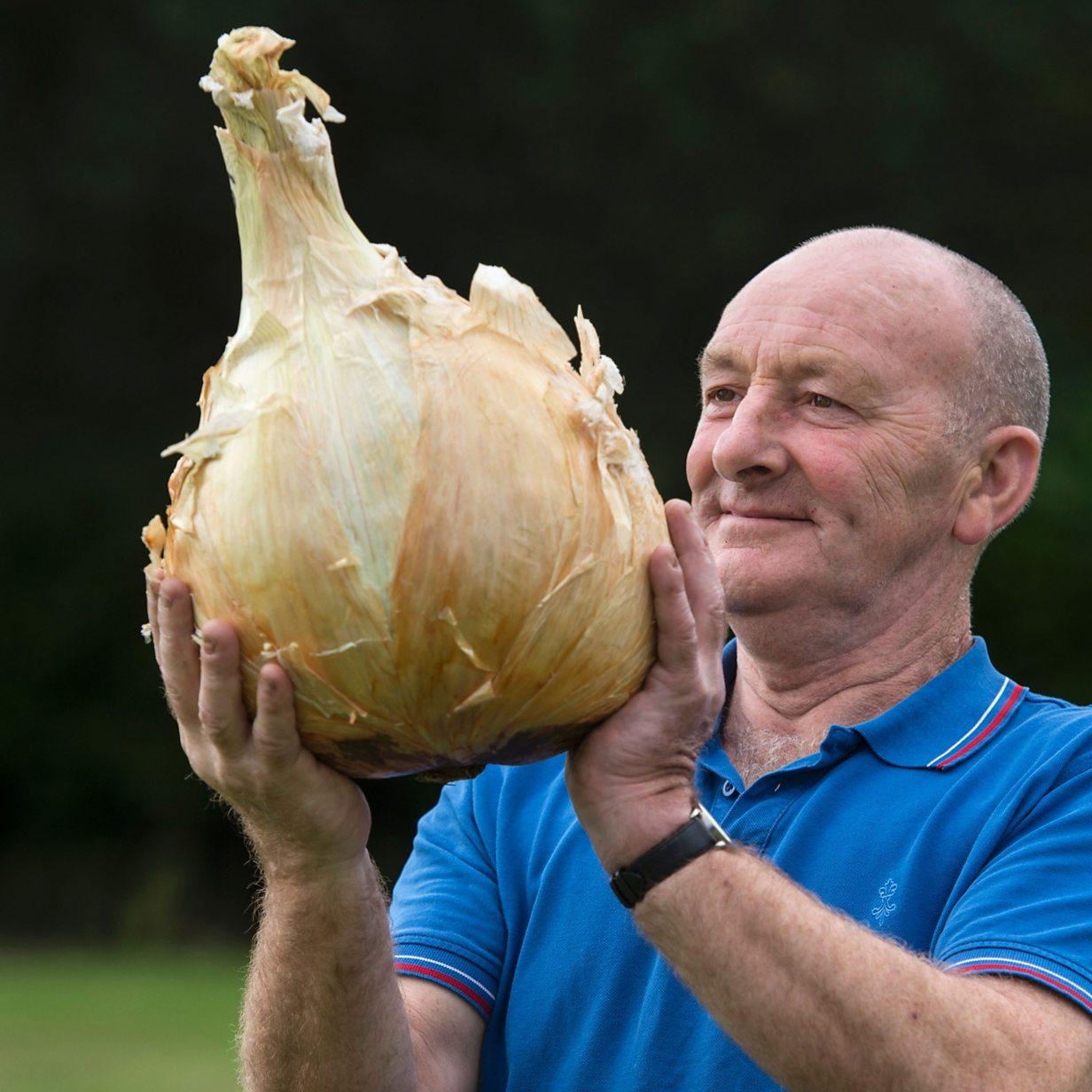 Man's giant vegetables set new world records - BBC News