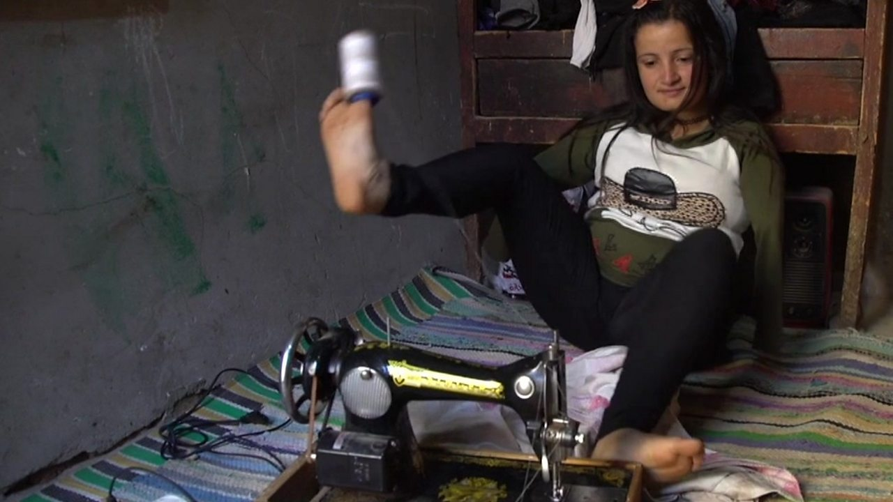 The seamstress who sews with her feet