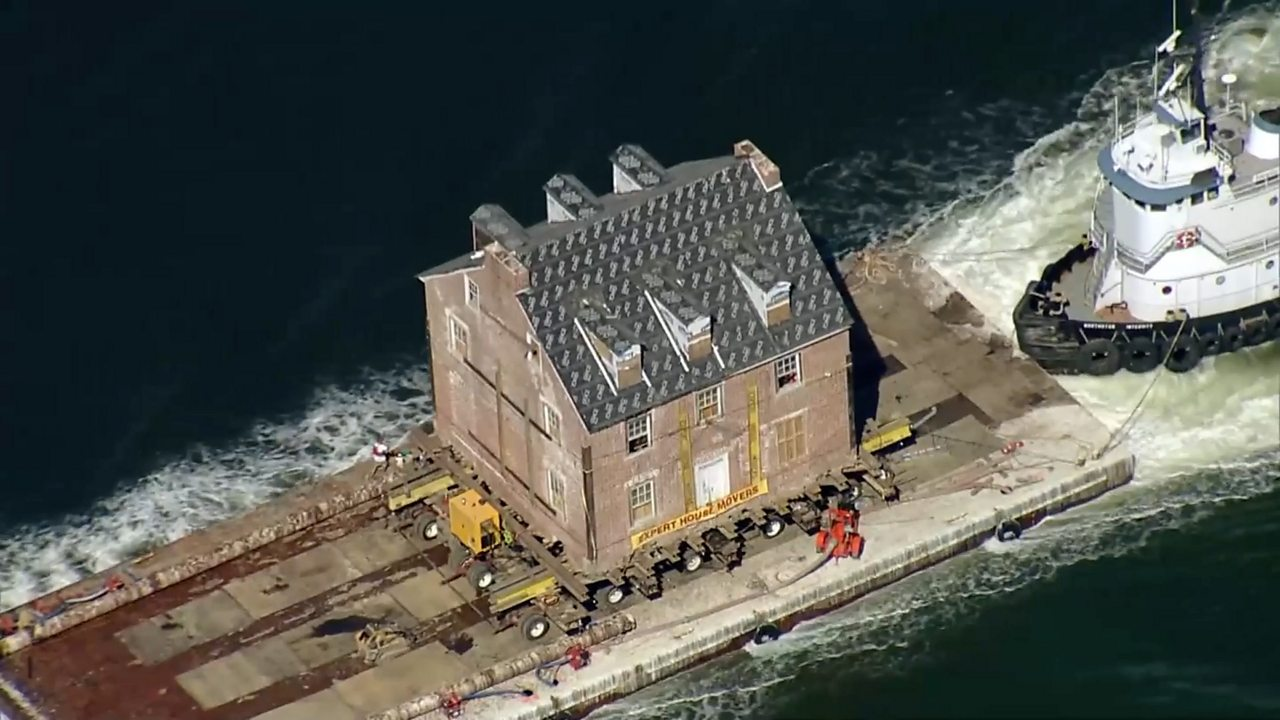 Historic house's river journey to new home