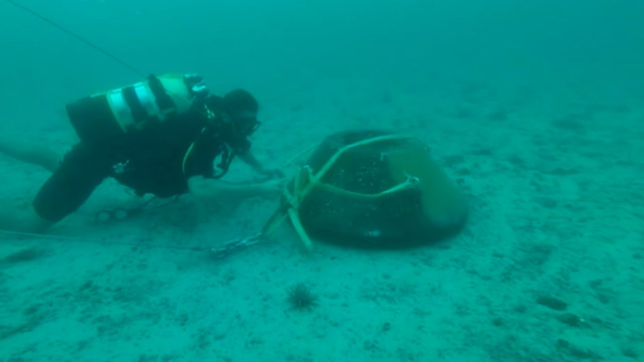Royal Navy divers train to clear mines in the Gulf