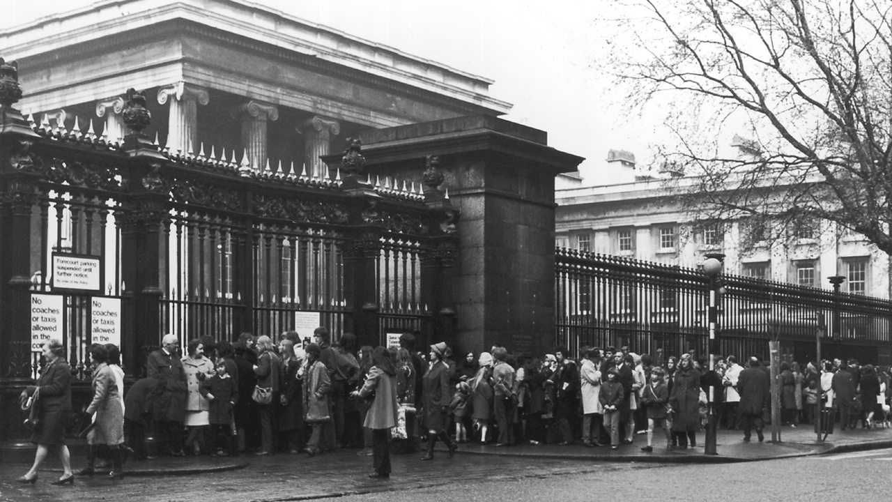 Ques outside the British Museum in 1972 for a Tutankhamun exhibition.