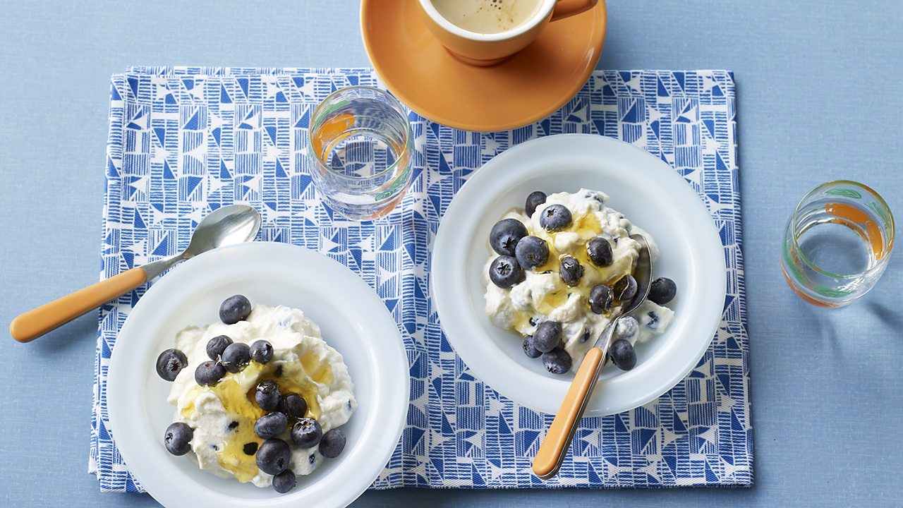 Ricotta with blueberries and honey