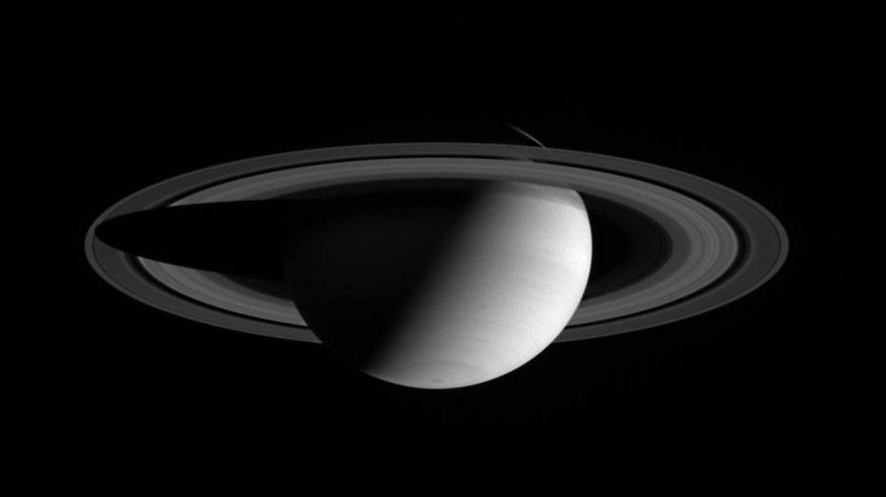 A monochrome photo of Saturn