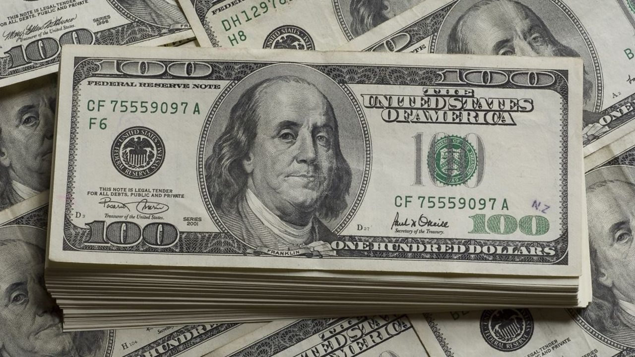 American 100 dollar bills with Benjamin Franklin on them