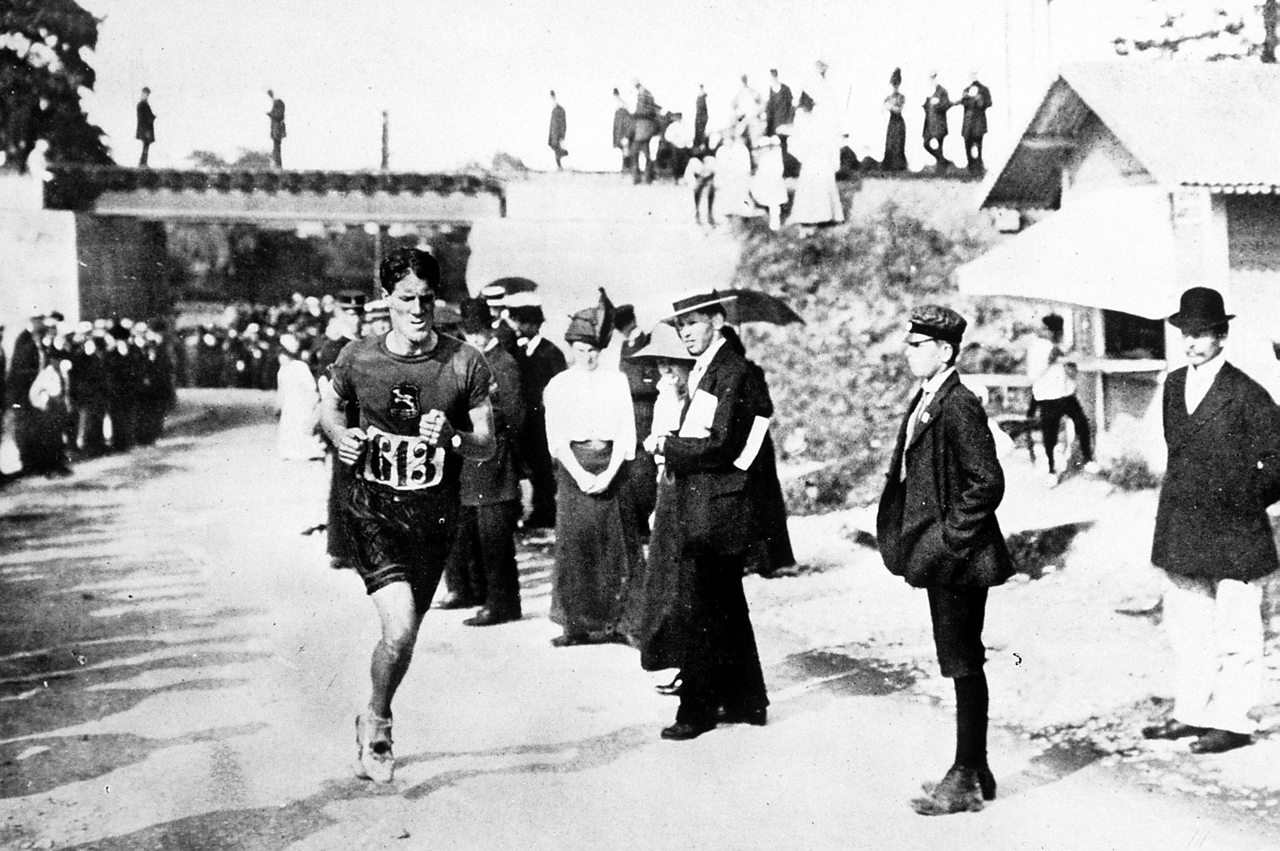 Photograph of Kennedy Kane McArthur running the marathon of the Stockholm Olympics in 1912