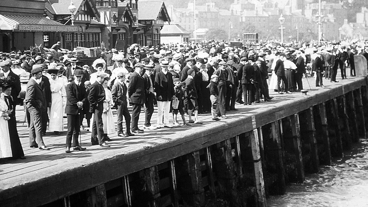 Crowds at Rothesay pier
