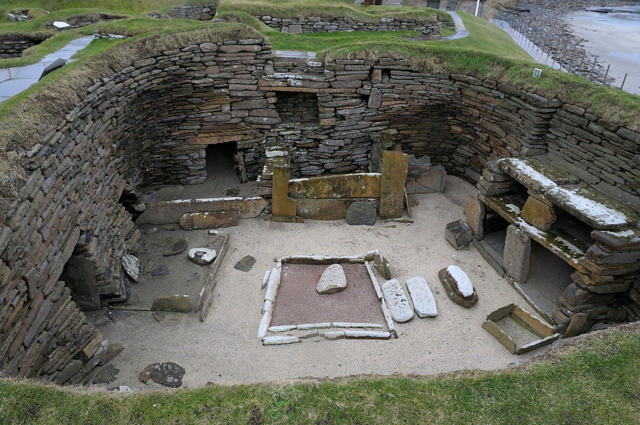 Taigh cruinn a chaidh a lorg san talamh ann an Skara Brae, Arcaibh