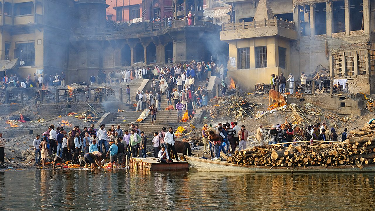 Hinduism – A cremation ceremony on the river Ganges