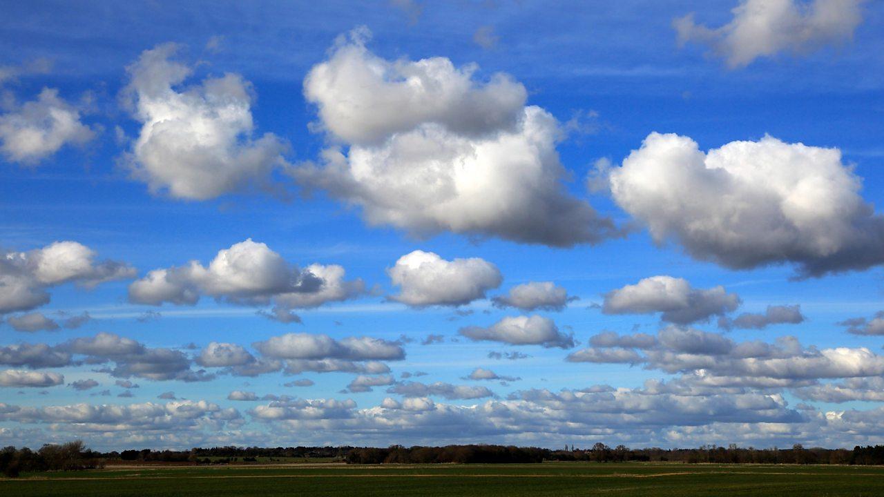 Sgòthan cumulus ann an adhar gorm
