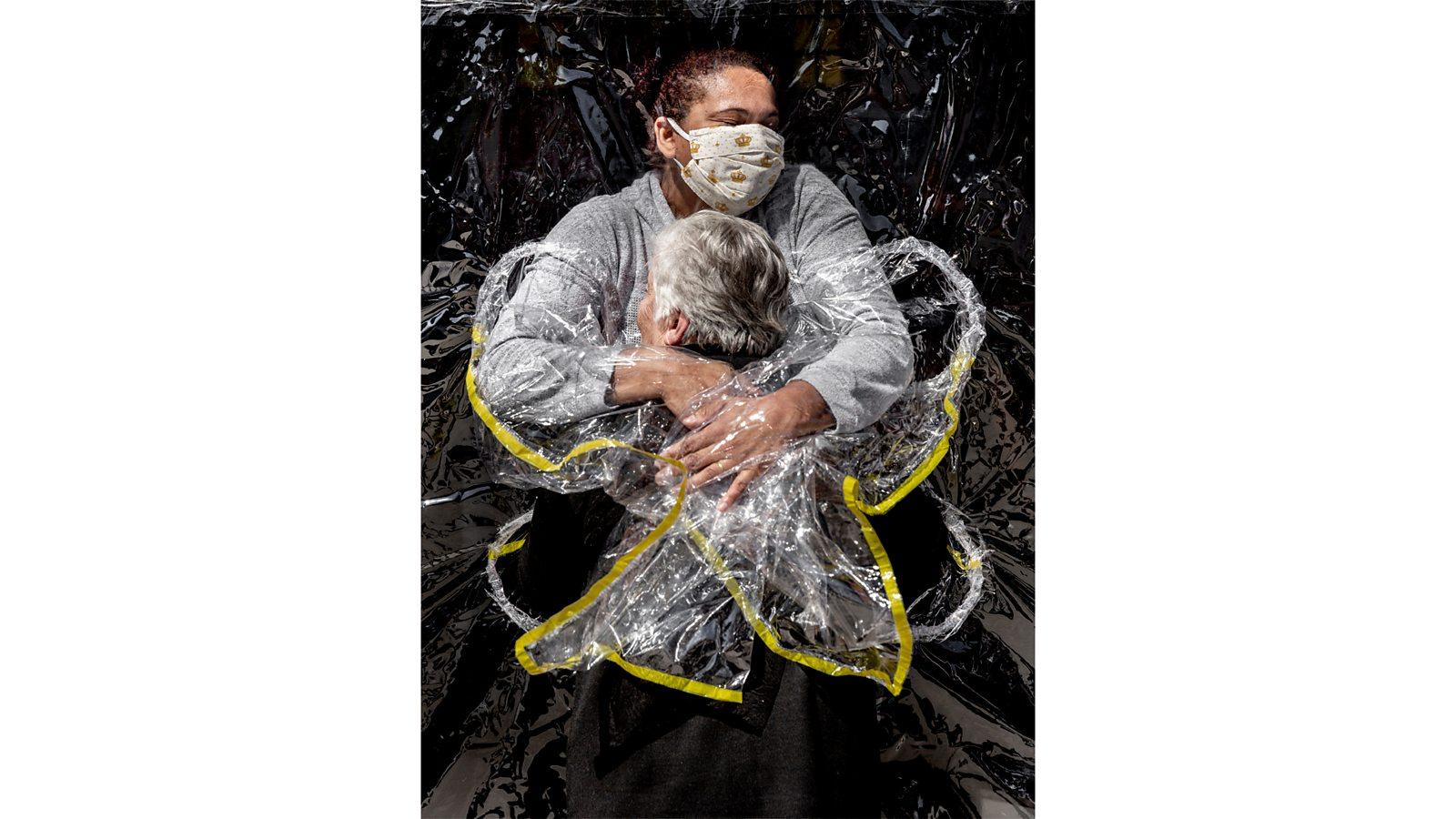 World Press Photo: 'Coronavirus hug' wins award