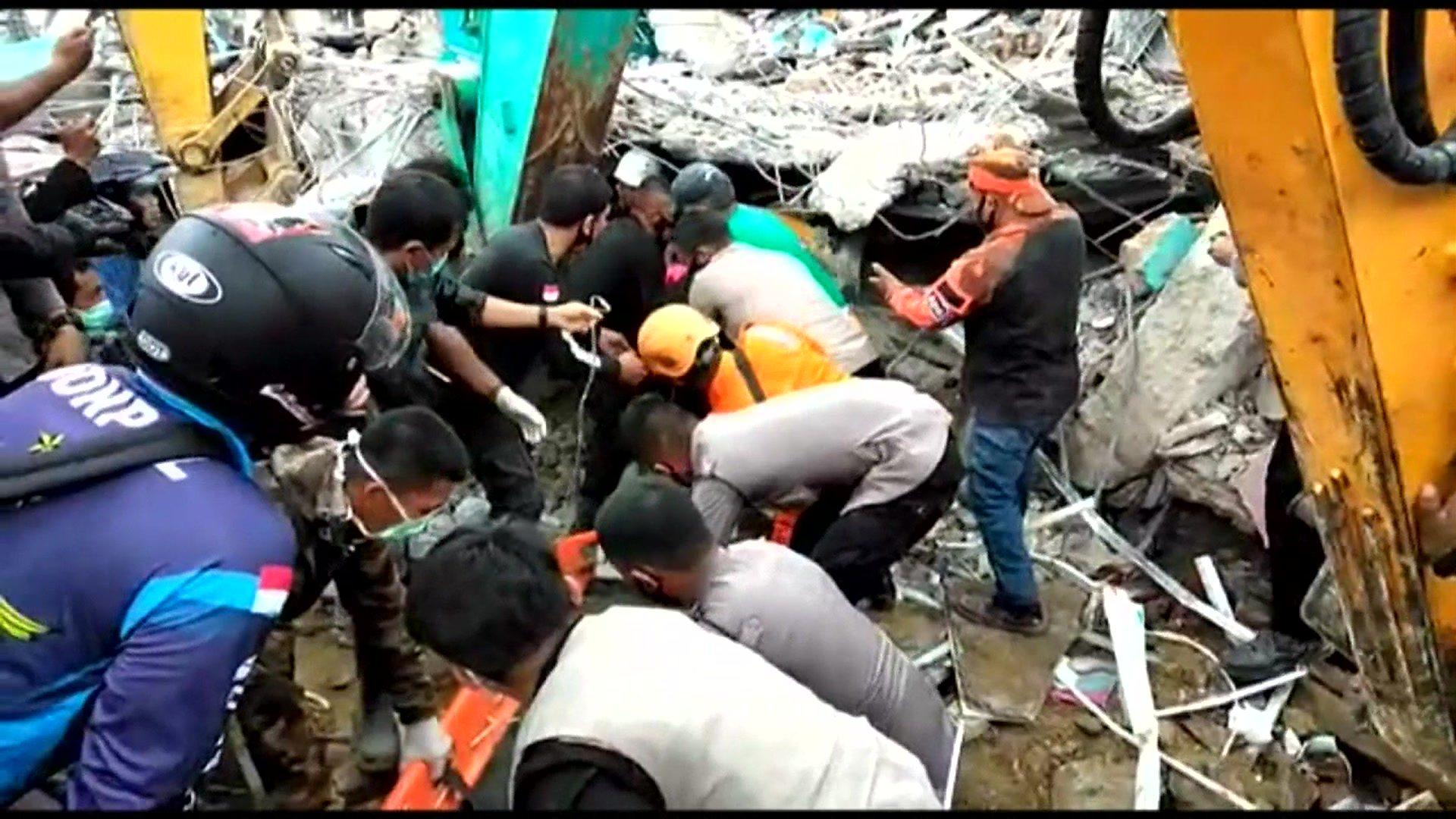 Indonesia earthquake: Dozens dead as search for survivors continues (2021)