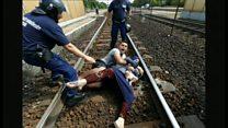 ブダペスト発の移民列車は国境に至らず、赤ちゃん抱いて線路に倒れ