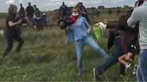 逃げる移民をカメラマンがわざと転ばせ……解雇