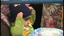 【移民危機】冷たい雨の中に幼児も スロベニア国境で待つ