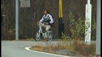 自転車を百数メートル漕ぎ難民申請 欧州北端の国境で