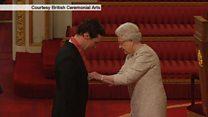 英俳優カンバーバッチさん、エリザベス女王から叙勲