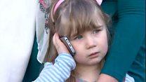 「ママが階段から落ちちゃった」 3歳エマちゃん電話を手に