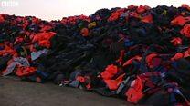 積み上げられた救命胴衣 移民の上陸続くレスボス島