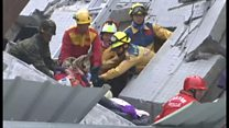 救出はまだか 台南の倒壊現場で待ちわびる家族