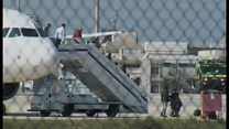 ハイジャックされたエジプト航空機から解放される乗客たち