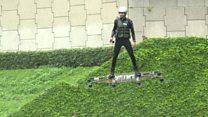 Inventor demonstra skate voador em feira de Paris