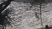 Após tempestade, ondas de espuma 'engolem' homem na Austrália