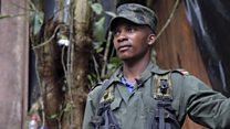 Un guerrillero de las FARC enseña un campamento rebelde el Colombia