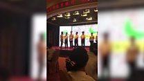 Un entrenador golpea a un grupo de empleados chinos por mal desempeño