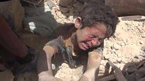 El dramático momento que rescatan a un niño enterrado en los escombros tras un ataque aéreo en Alepo