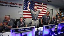 Engenheiros da Nasa comemoram sucesso de missão da sonda Juno