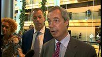 「愛国者はやめたりしない」 欧州議会でファラージ、ジョンソン氏批判