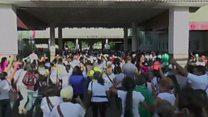 'Vou tentar comprar qualquer coisa que conseguir': milhares de venezuelanos cruzam fronteira com Colômbia para comprar comida