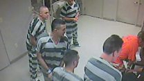Los presos que escaparon de su celda para salvar a un guardia incosciente