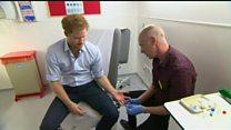 Príncipe Harry faz teste de HIV diante de câmera ao vivo
