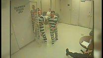 看守が大変だ! 拘置室の扉があっさり開き