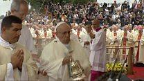 Papa tropeça na chegada a missa em visita à Polônia
