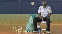 """""""Me peleaba con los buitres por la comida"""": el hombre que transformó una favela en una potencia del badminton"""