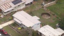 'A boa noticia é que você ganhou uma piscina': buraco se abre em quintal de casa na Austrália