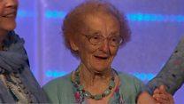 Pafiliwn yr Eisteddfod Genedlaethol yn canu pen-blwydd hapus cynnar i Helena Jones