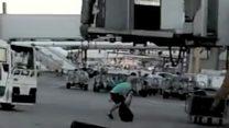 El desesperado intento de un hombre por no perder su vuelo en el aeropuerto de Madrid