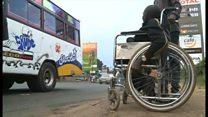 「奇跡のバス」 車いすにも対応するケニアの運転手