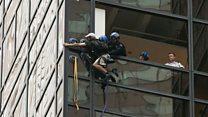 Arresto en las alturas: el momento en el que la policía agarra a un escalador que trepa la Torre Trump en Nueva York