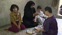 """""""Cocinamos hojas de los árboles para comer"""": la espantosa situación de los civiles atrapados en Alepo, Siria"""