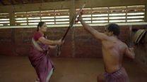 Indiana de 73 anos faz sucesso na internet como mestre de luta com espada