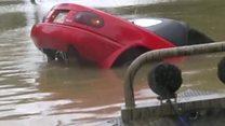 Спасение женщины из тонущей машины в Луизиане