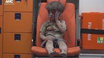 La escalofriante imagen de un niño herido en Siria rescatado entre los escombros