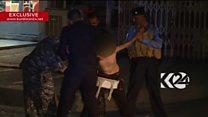 Vídeo registra momento tenso em que policiais retiram colete suicida de menino de 11 anos